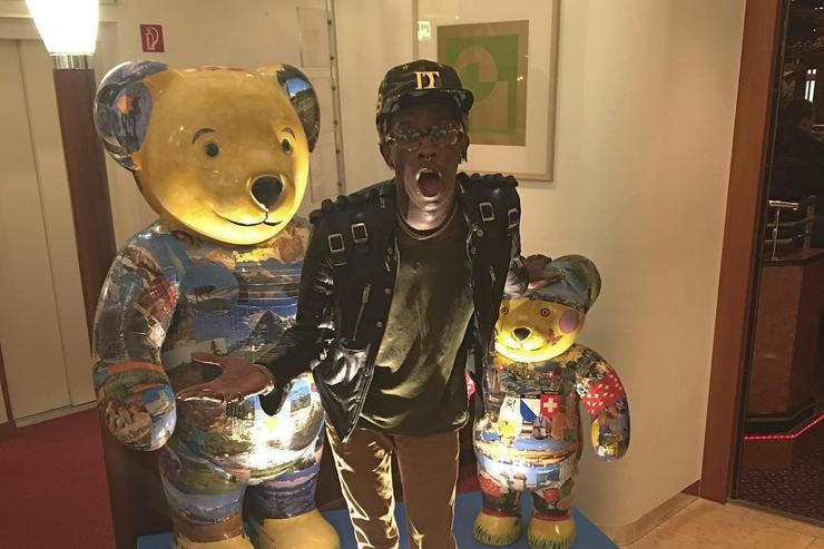 Young Thug poses with bears